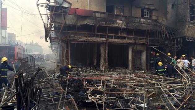 3. Juli 2016: Aufräumarbeiten nach dem Anschlag in einem belebten Einkaufsviertel in Bagdad (Bild: ASSOCIATED PRESS)