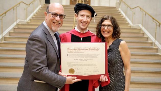 Mark Zuckerberg mit seinen stolzen Eltern Edward und Karen. (Bild: facebook.com/zuck)