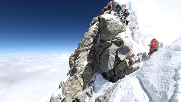 Der Hillary Step, ein Felsabsatz kurz unter dem Gipfel des höchsten Berges der Welt, im Mai 2011 (Bild: AFP)