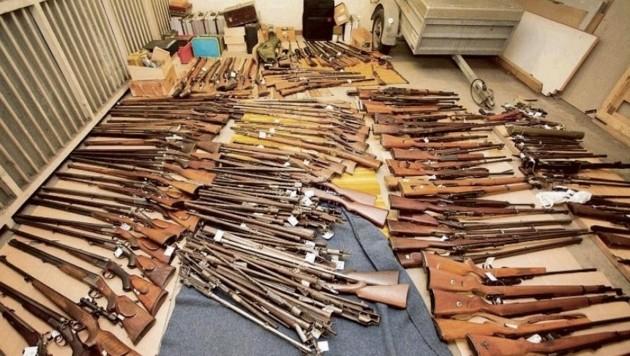 Das Waffenlager des 83-Jährigen: Darunter befanden sich schussfähige Pistolen, Kriegsmaterial usw. (Bild: Polizei Salzburg)