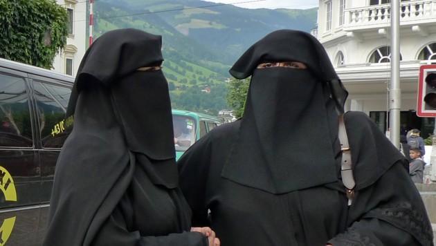 Zwei arabische Touristinnen in Zell am See (Bild: APA/Johannes Bruckenberger)