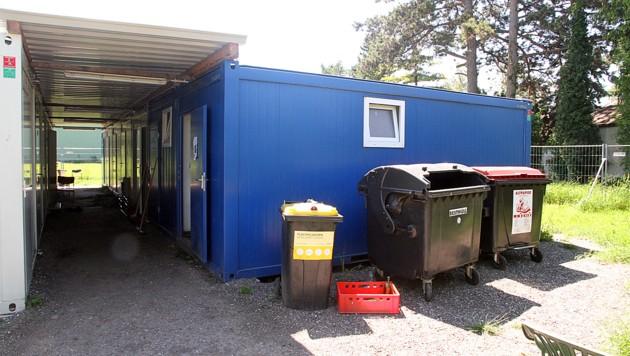 Die zwei jungen Männer lebten in diesem Flüchtlingscontainer am Messegelände von Tulln. (Bild: Andi Schiel)