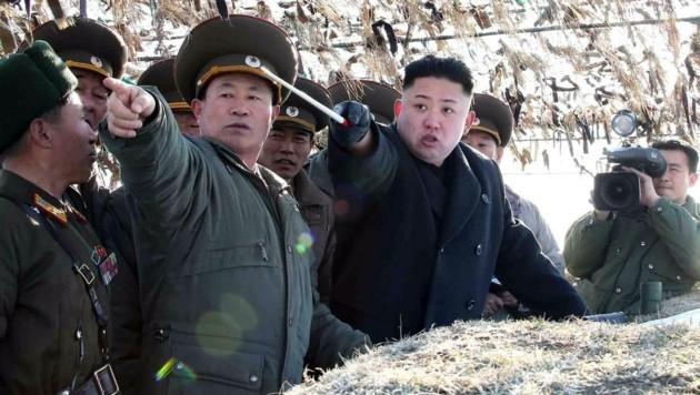 Nordkoreas Machthaber Kim Jong Un bei einer Übung des Militärs (Bild: AFP)