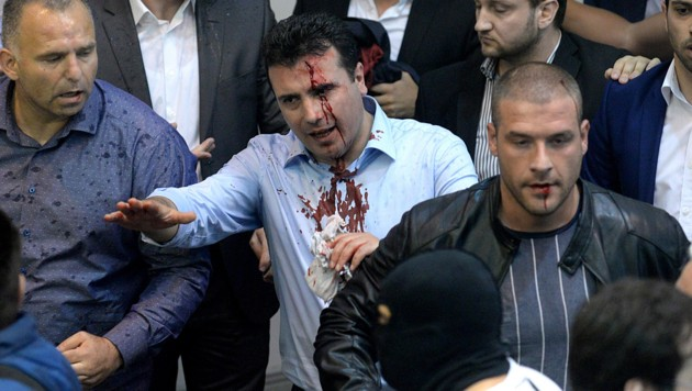 Die Regierungsbeteiligung war für Zoran Zaev (hier nach Ausschreitungen im Parlament) hart erkämpft. (Bild: EPA)