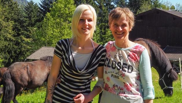 Maria Brandstätter (links) tankt Kraft bei ihrer Mama Margret und ihren drei Shetland-Ponys. (Bild: Hubert Berger)
