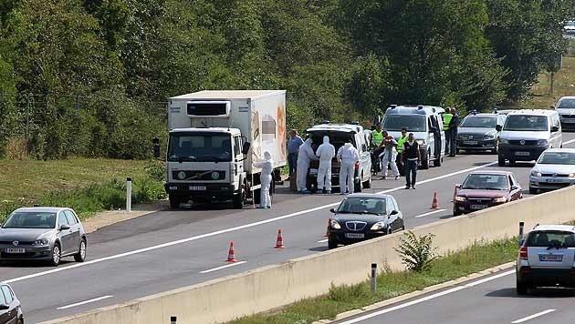 Im Sommer 2015 wurden zwischen Parndorf und Neusiedl Dutzende tote Flüchtlinge in einem Kühl-Lkw entdeckt. (Bild: AP)