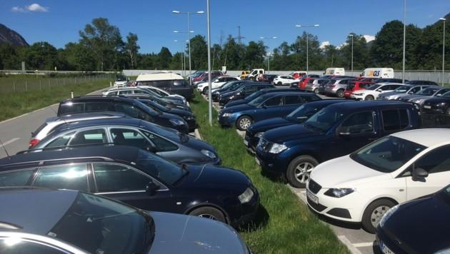 Der Pendler-Parkplatz am Eingang des Zillertals ist bei Fahrgemeinschaften beliebt. (Bild: Andreas Moser)