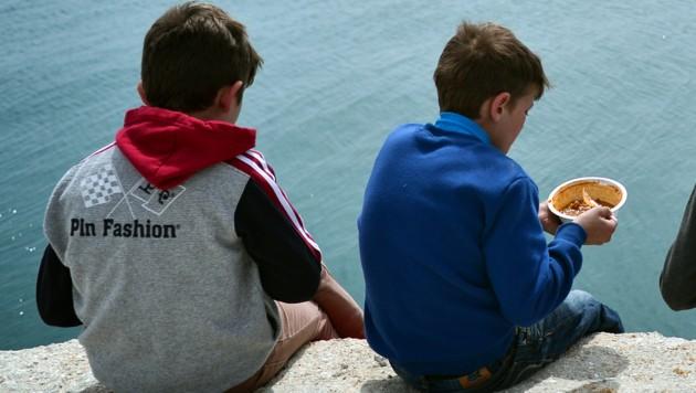 Flüchtlingskinder im Hafen von Chios (Griechenland) (Bild: AFP)