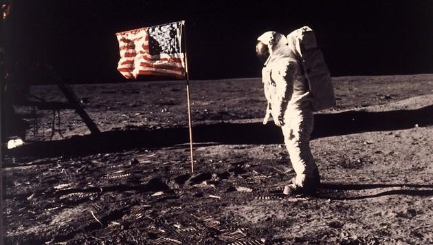 Buzz Aldrin posiert auf der Oberfläche des Mondes mit der US-amerikanischen Flagge. (Bild: AP)