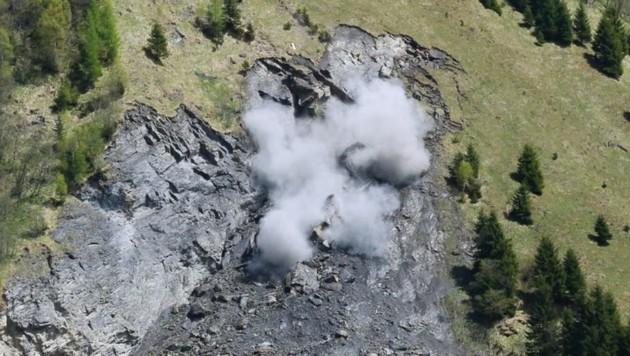 Der 200 Kubikmeter fassende Felsblock wurde durch die Sprengung in zwei Teile geteilt. (Bild: Gerhard Schiel)