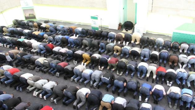 Erstes Freitagsgebet - aber noch ist die neue Grazer Groß-Moschee nicht ganz fertig. (Bild: Kronenzeitung)