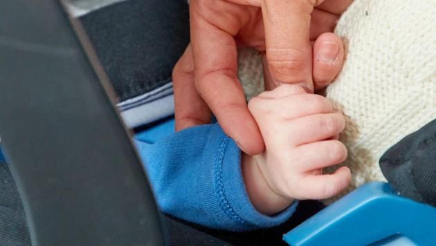 Mehr als die Hand ihres Schatzes will Christine Reiler nicht zeigen. (Bild: Starpix/ Alexander TUMA)