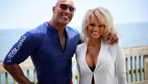 """Pamela Anderson übernimmt eine Rolle im """"Baywatch""""-Kinofilm von Dwayne Johnson. (Bild: instagram.com/therock)"""
