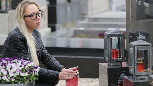 Pamela Fuchs am Grab ihres Freiers (Bild: Zwefo)