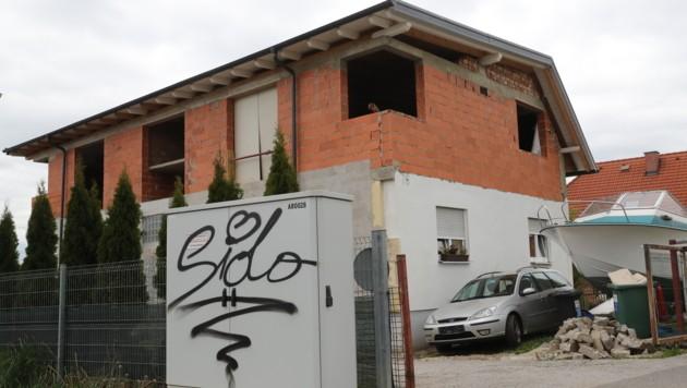 """Mit Schriftzügen dieser Art """"verzierten"""" die Verdächtigen Gegenstände in der Römerstraße. (Bild: KRONEN ZEITUNG)"""