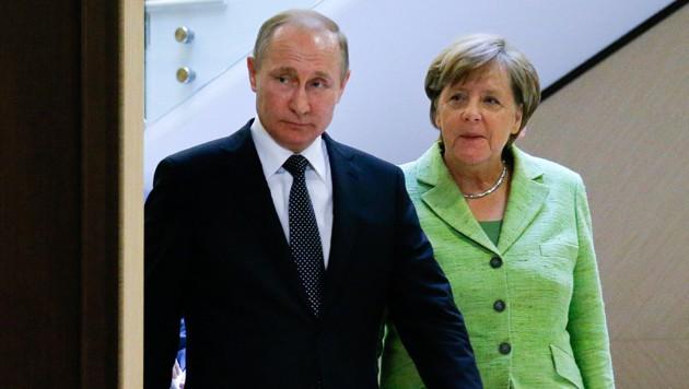 Wladimir Putin und Angela Merkel (Bild: AP)