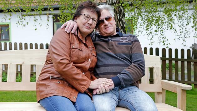 """Maria und Willi auf einer selbst gebauten Bank: """"Die schwere Zeit ist vorbei."""" (Bild: Klemens Groh)"""