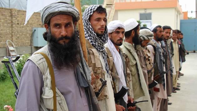 Taliban-Kämpfer, die ihre Waffen freiwillig abgeben