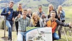 Asem (st., 2. v. re.) beim Besuch der Landjugend Thalgau. (Bild: Salzburger Landjugend)
