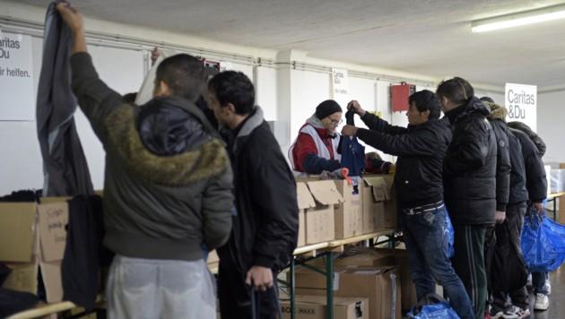 Traiskirchen: Flüchtlinge werden mit Kleidern versorgt. (Bild: APA/Hans Punz)