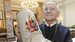 Der Abt, sein Wappen und sein Saal: Nicolaus Wagner mit aller Kraft für â01Eseinâ01C Bräustüberl (Bild: Markus Tschepp)