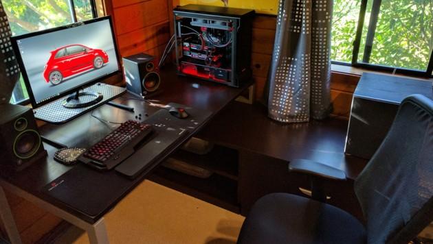 Ein offener PC offenbart die kunstvolle Verkabelung, verstaubt aber leider auch schnell. (Bild: reddit.com/r/battlestations)