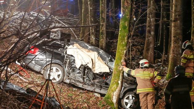 Das Wrack des Audi Avant des 17-jährigen Hinterseers: Die Feuerwehr half bei der Bergung. (Bild: Markus Tschepp)