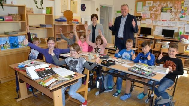 Die Schüler in Laßnitz, Direktorin Maria Wieser und Ortschef Thomas Kalcher jubelten am Donnerstag. (Bild: Heinz Weeber)