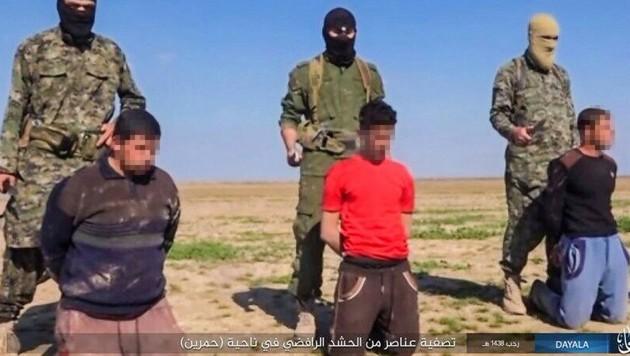 Der IS bringt immer wieder ganze Menschengruppen bestialisch um. (Archivbild) (Bild: twitter.com)
