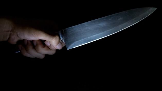 Mit einem Messer (Symbolbild) bedrohte der Alkoholisierte die Beamten. (Bild: thinkstockphotos.com (Symbolbild))