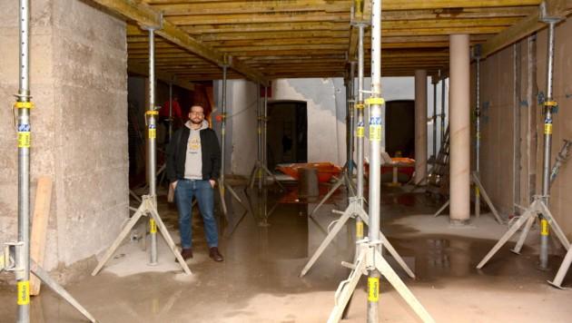 Geschäftsführer Stefan Schäfer in jenem Bereich des Gebäudes, wo die Bühne gebaut wird. (Bild: Andreas Fischer)