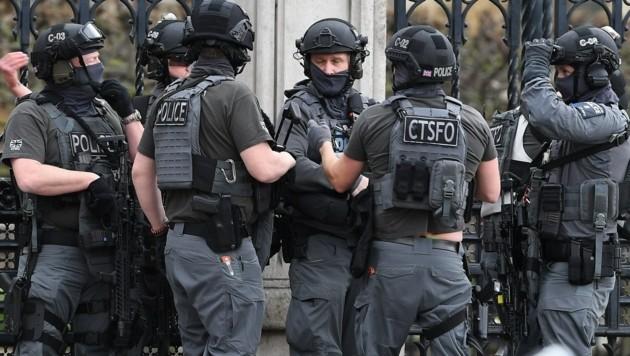 Polizisten einer britischen Spezialeinheit im Einsatz (Bild: EPA)