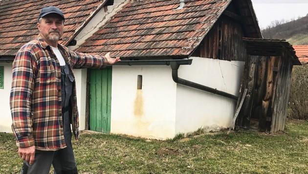 Willi Reiger aus Eisenberg kann die Aufregung um sein Holzklo nicht verstehen. (Bild: Christian Schulter)