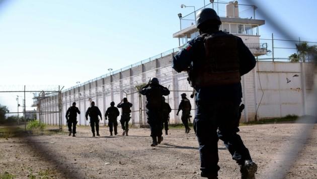 """Sicherheitsbeamte vor jenem mexikanischen Gefängnis, aus dem """"El Negro"""" die Fluch gelang (Bild: EPA)"""