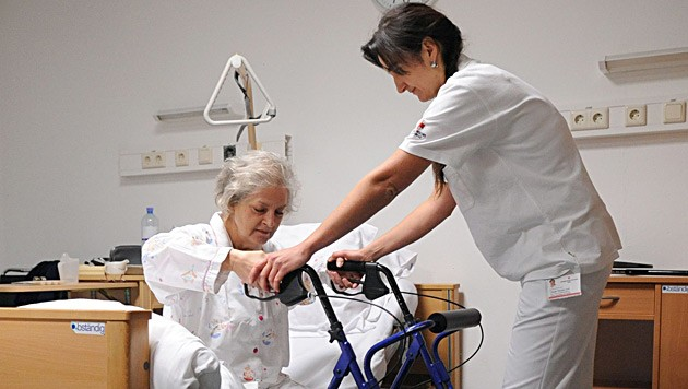 Eine betreute Frau und ihre Altenpflegerin in einem Seniorenheim (Symbolfoto)