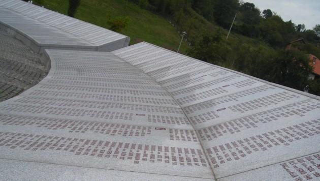 Die lange Liste der Namen der Opfer von Srebrenica (Bild: Georg Horner)
