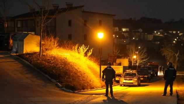 Die Polizei riegelte den Tatort, ein Mehrparteienhaus in Gallspach, ab (Bild: laumat.at / Matthias Lauber)