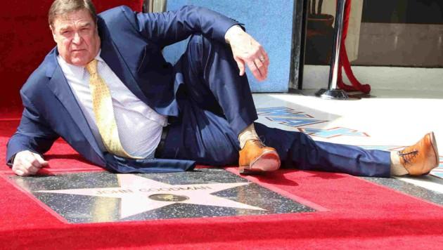 """John Goodman räkelte sich vor seinem Stern auf Hollywoodws """"Walk of Fame"""" (Bild: Starpix/Tuma/CP)"""