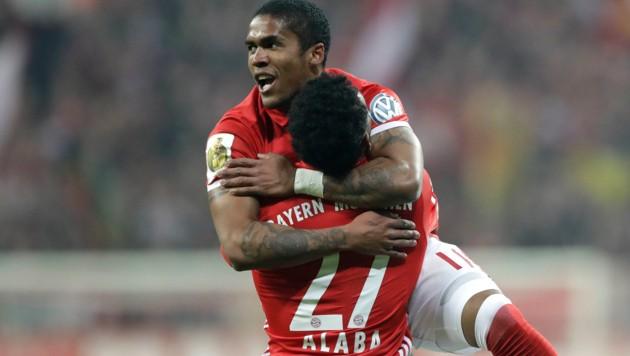Douglas Costa jubelt mit ÖFB-Kicker David Alaba.