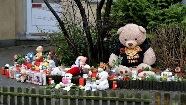 Kerzen, Rosen und Teddybären vor dem Haus, in dem der kleine Jaden ermordet wurde