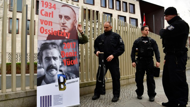 Ein Protestplakat vor der türkischen Botschaft in Berlin (Bild: AFP)