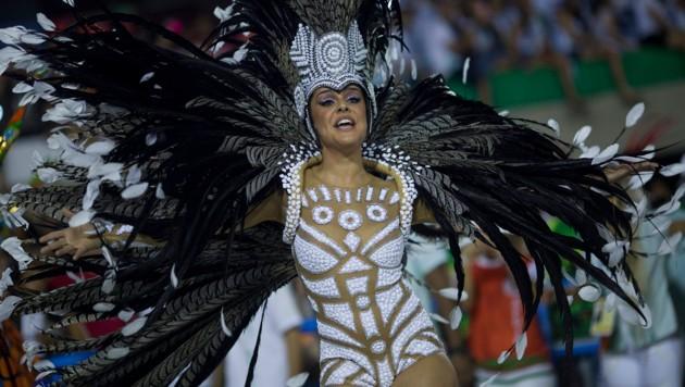 Rios Sambaschulen rittern normalerweise jedes Jahr beim farbenprächtigen Karneval um den Sieg. (Bild: AP)