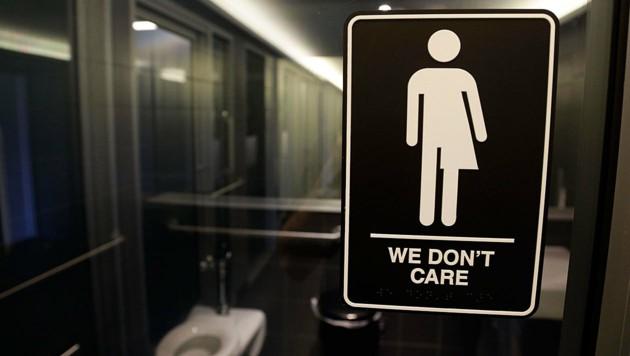 Eine Transgender-Toilette in einem Hotel im US-Staat North Carolina (Bild: ASSOCIATED PRESS)
