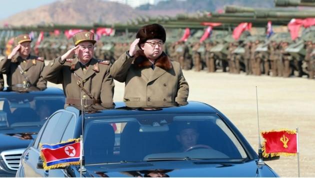 Nordkoreas Machthaber Kim Jong Un bei einem Besuch seiner Streitkräfte (Bild: APA/AFP/KCNA VIA KNS/KCNA)