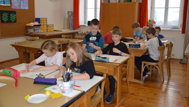 In der Volksschule Falkenstein wird viel auf Freiarbeit gesetzt - hier sind die Jüngeren im Werkraum (Bild: Jakob Traby)