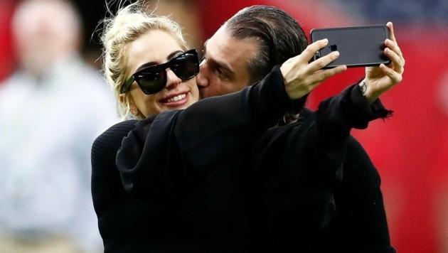 Lady Gaga bekommt bei der Super Bowl einen Kuss von Christian Carino. (Bild: EPA)