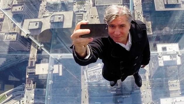 Alles gläsern: Werner Boote im Willis Tower, dem zehnthöchsten Gebäude der Welt. (Bild: ORF)