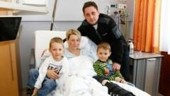 Sandra Schwarzenbacher mit ihren Söhnen Philipp und Christoph sowie Lebensgefährte Johannes. (Bild: Gerhard Schiel)