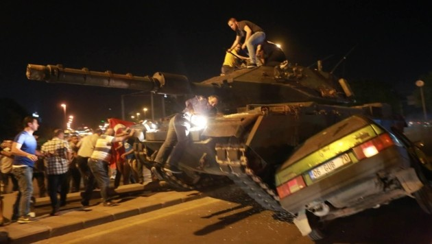 Zivilisten gegen Putschisten im vergangenen Sommer (Bild: AFP)