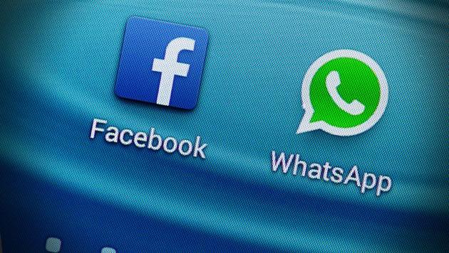 Über Facebook und WhatsApp hielt der Betrüger Kontakt mit der Welserin. (Bild: APA/dpa/Armin Weigel, krone.at-Grafik)